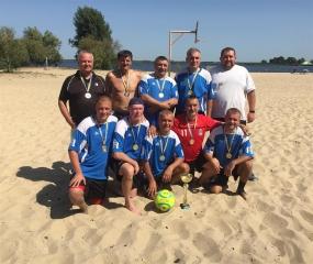 Ветеран перемагає в турнірі по пляжному футболу!